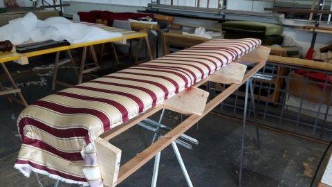 Fase di rivestimento spalliera divano