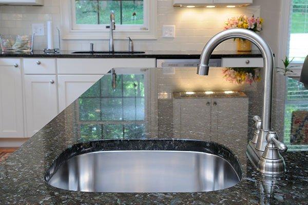 vista laterale di un lavello in cucina