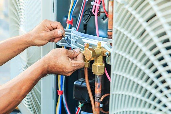 mani che assicurazione il fissaggio di un impianto di condizionamento