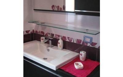 Vista de un bagno in toni rosso granato