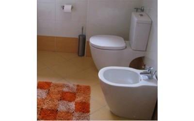 Vista de un bagno in toni arancione e bianco