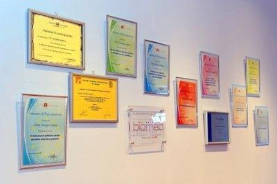 parete del centro dentistico con diplomi e certificati del dentista