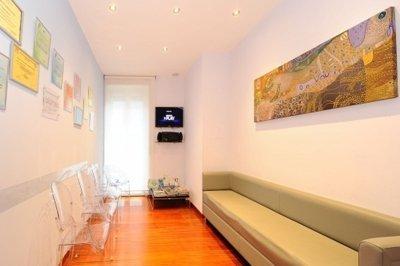 foto di sala di aspetto del centro dentistico