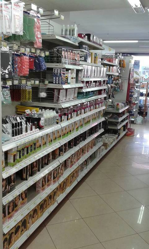 scafale con vari prodotti sanitari