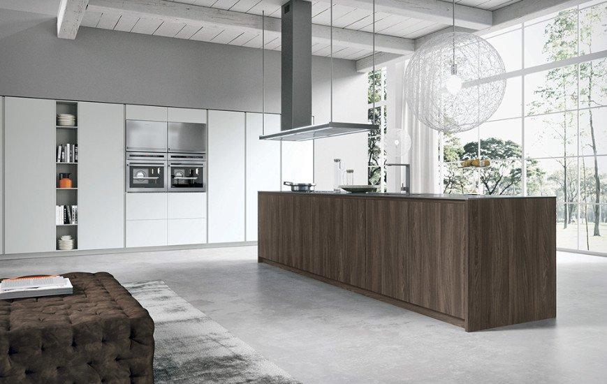 una cucina con mobili di color bianco e una penisola