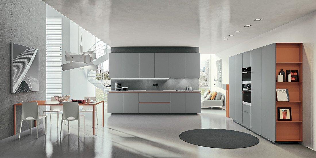 una cucina a blocco di color grigio e arancione