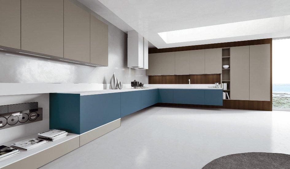 una cucina angolare con dei mobili di color blu e grigio
