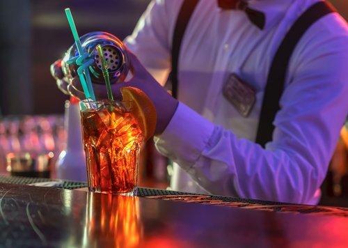 Primo piano di barman che prepara un cocktail