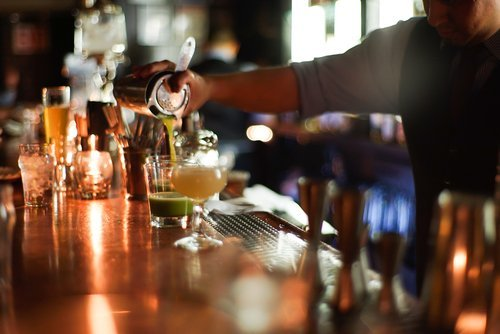 Barman prepara cocktails