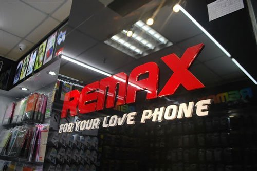interno negozio con primo piano marchio Remax