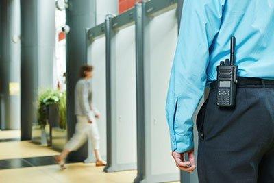 Addetto alla sicurezza nel centro commerciale a Roma