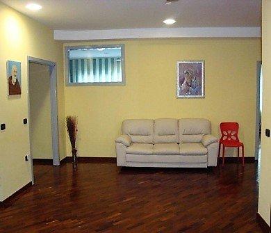 ampia sala attesa con divano bianco