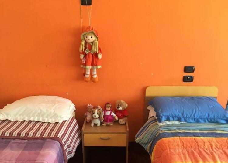 camera doppia con bambole