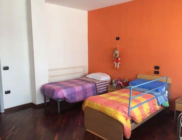 camera doppia con parete arancione