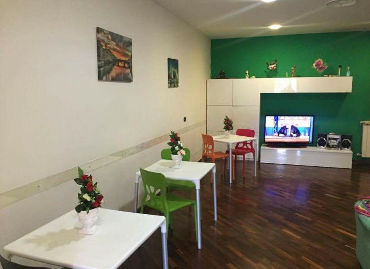 tavoli bianchi con sedie verdi