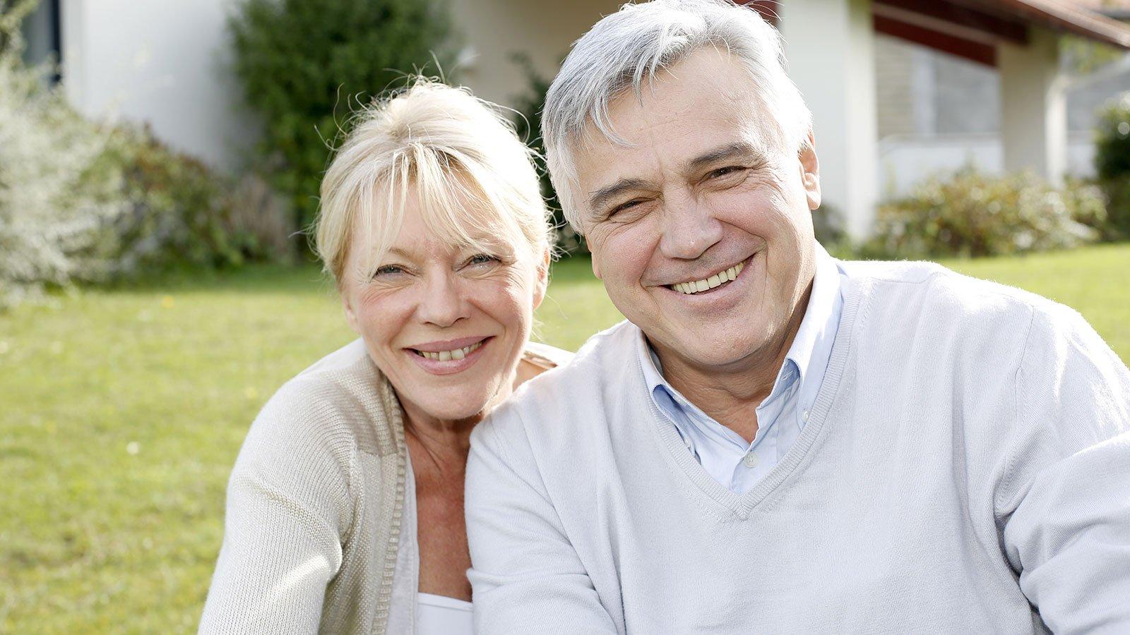 un uomo e una donna sorridono