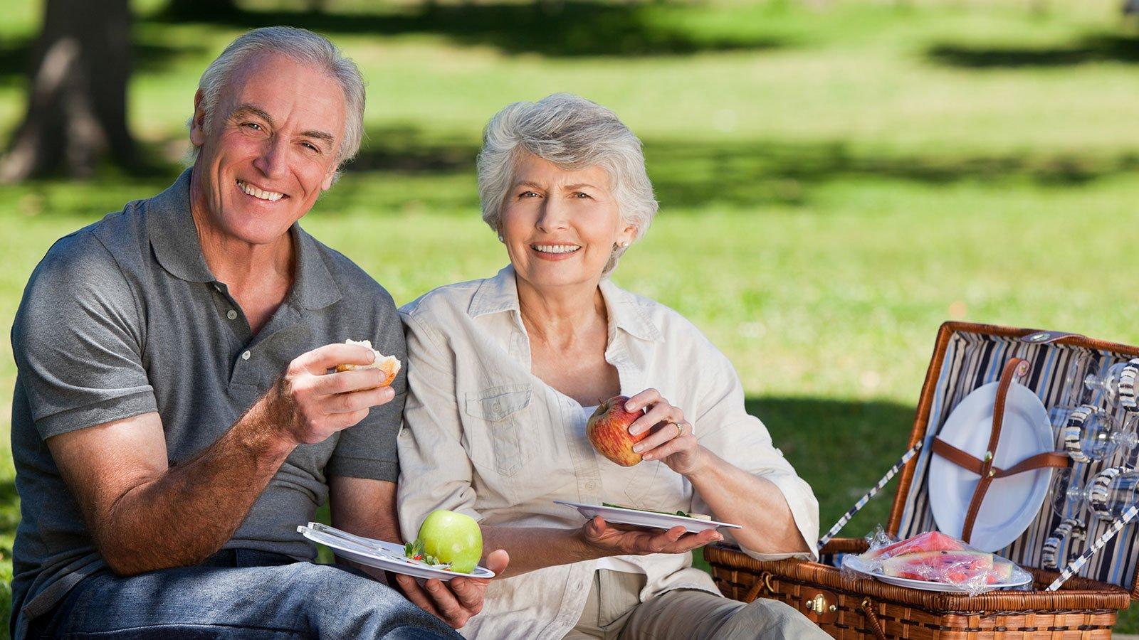 due anziani in un prato