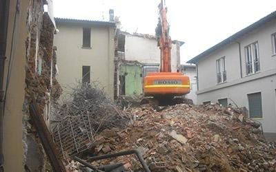 demolizione con pinze frantumatrici