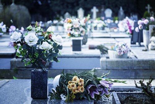 lapide con vasi di fiori