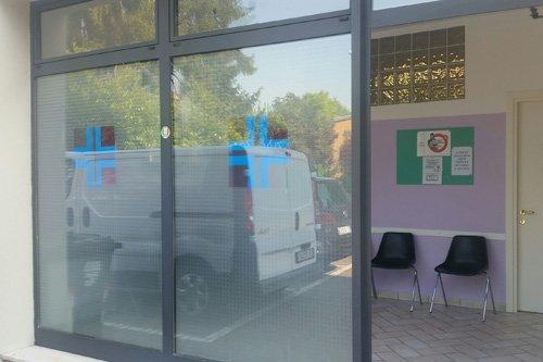 vetrata di un ambulatorio veterinario