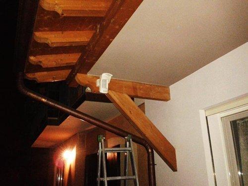 soffitto in legno e scala in una casa
