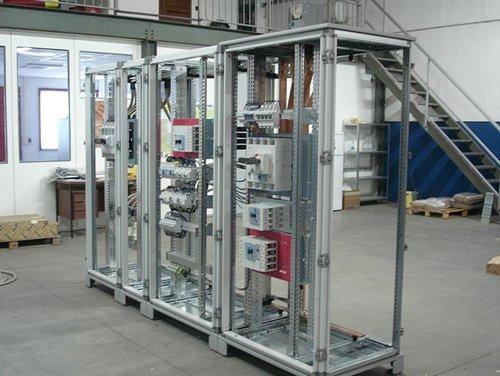 vista interna di un impianto con quadro elettrico industriale e una scala interna