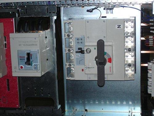 primo piano di quadri elettrici industriali
