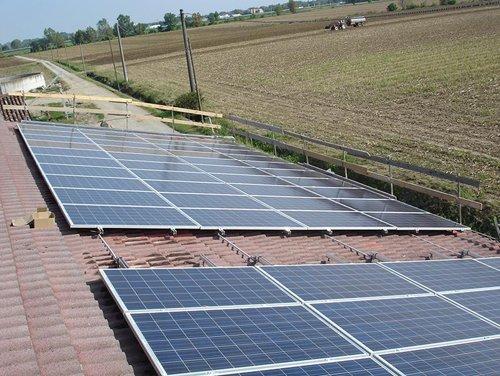 pannelli di solari con un campo agricoltura