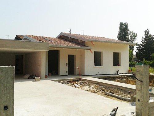 vista esterna di una casa durante costruzione