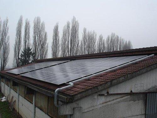 tetto di un impianto con pannelli di solari