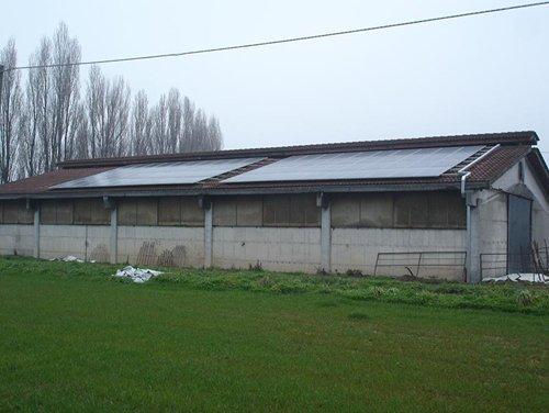 vista esterna di un impianto con un campo verde