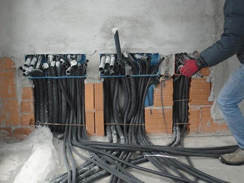 operaio mentre lavora in un impianto elettrico civili