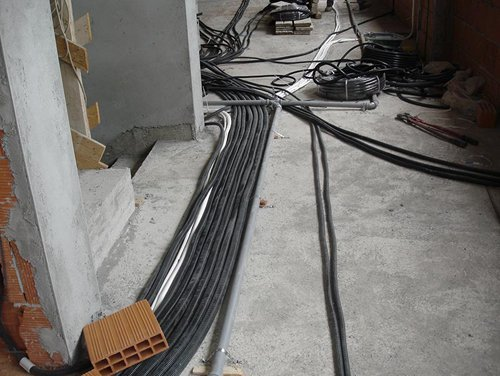 cavi elettrici e fibre ottiche in un cantiere