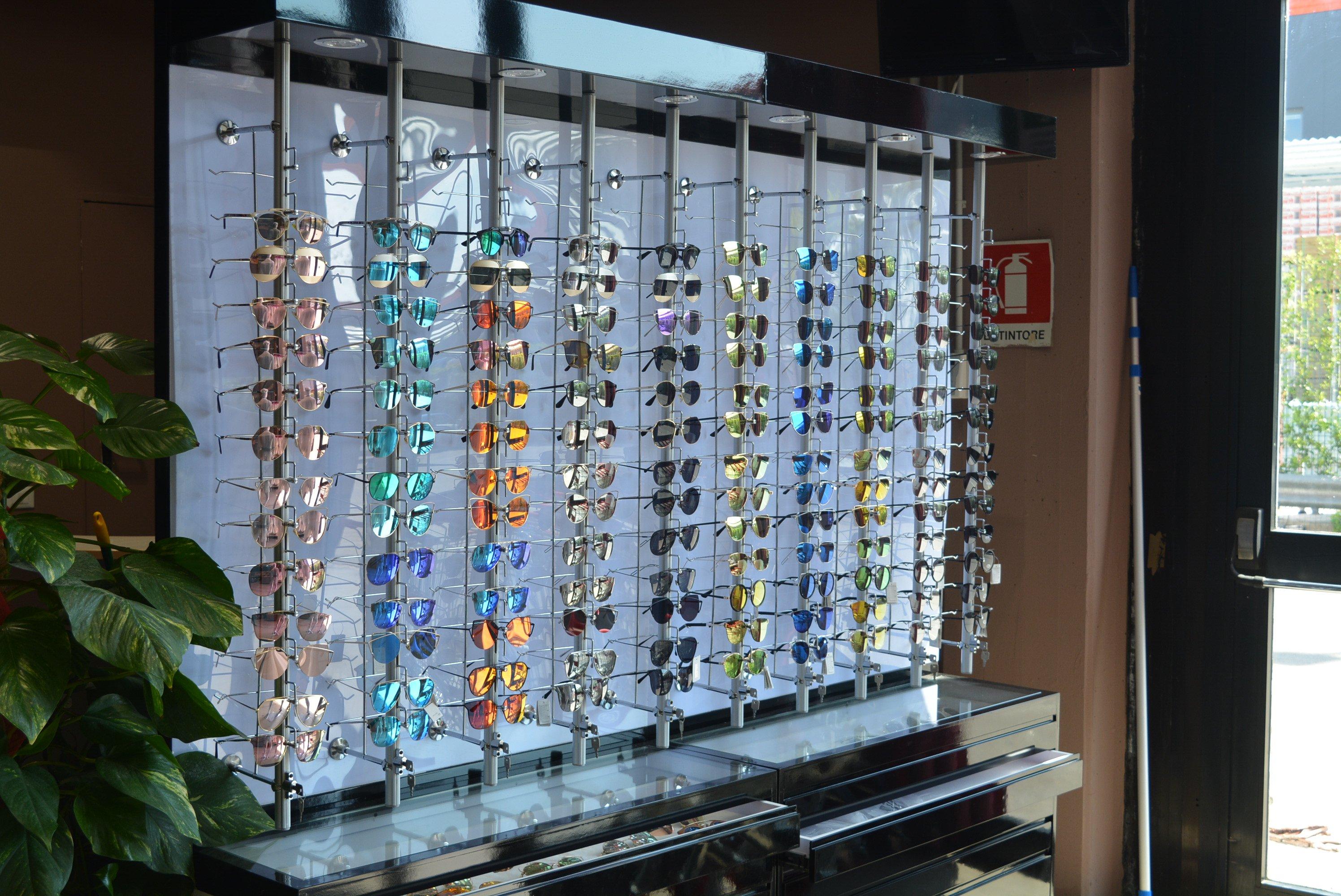 degli occhiali da sole