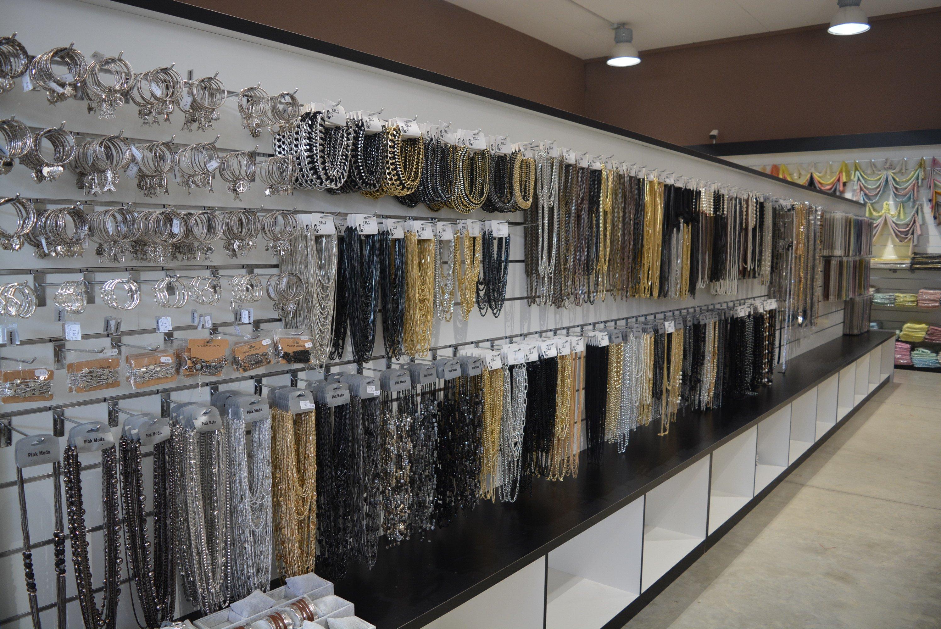 delle collane di color nero, oro e argento