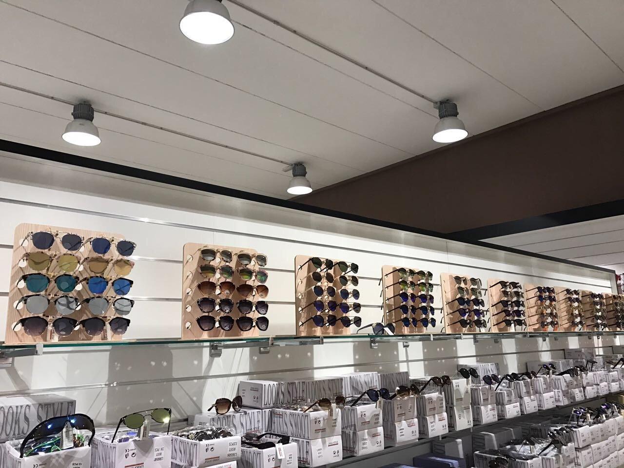degli occhiali da sole in un negozio