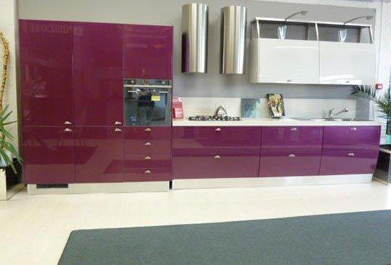 vista frontale di una cucina moderna con ben arredato