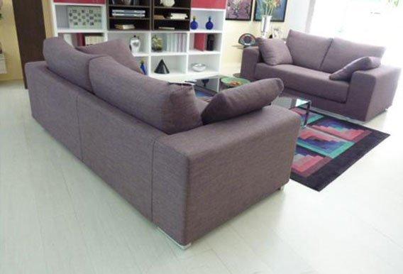 vista interna di una casa con divani, cuscini e arredamento