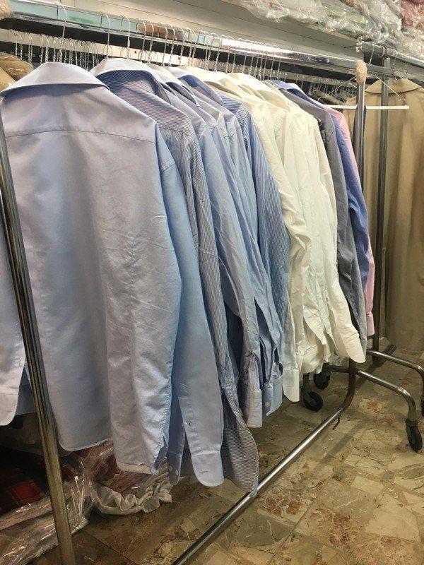 Camicie appeso per essere stirati