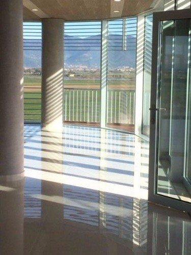 due colonne e delle vetrate
