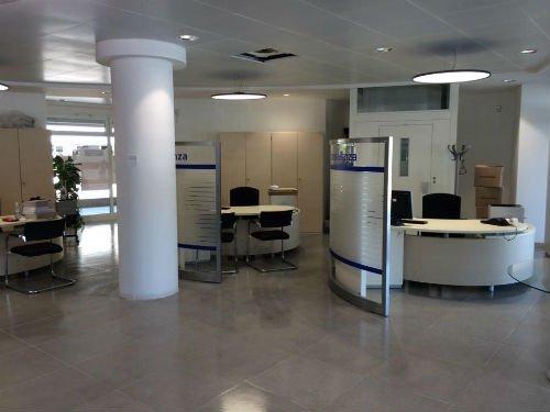 una colonna in un ufficio con delle scrivanie