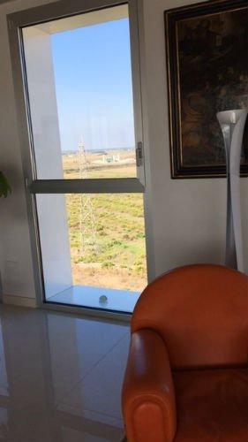 b Una poltrona rossa e una finestra