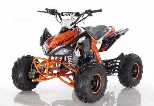 un quad arancione e nero da davanti