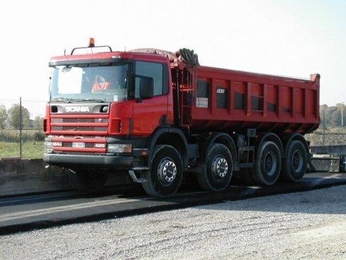 Camion rosso movimento terra