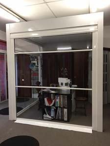 porta vetrata in esposizione nello showroom