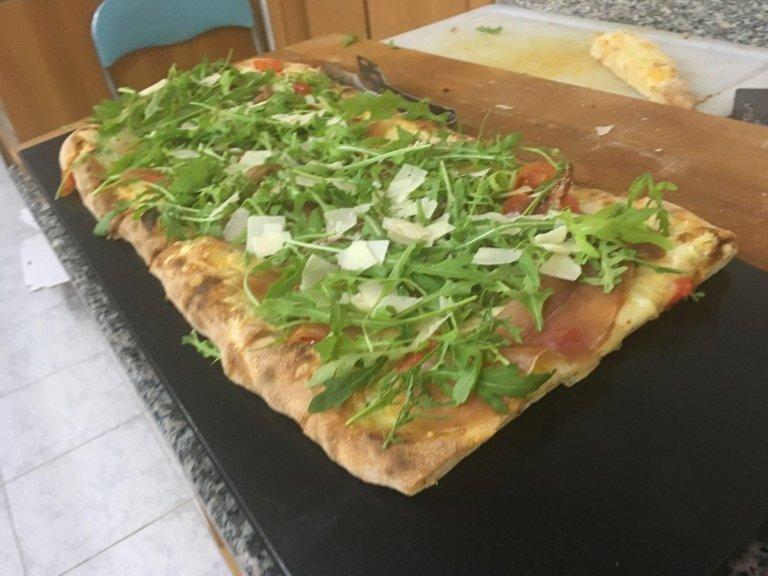 pizza con rucola cotta al forno a legna