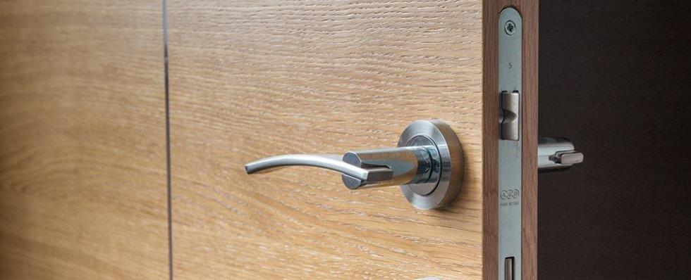 Maniglia grigia su porta
