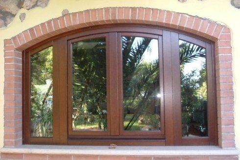 Grande finestra con giardino riflesso sul vetro