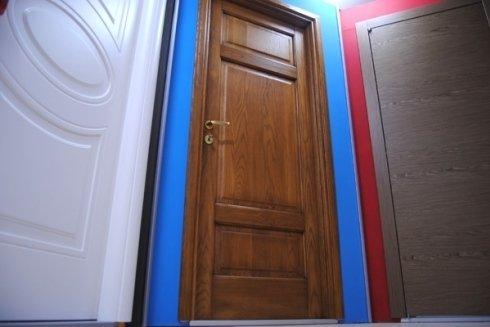 portone d'ingresso marrone in legno