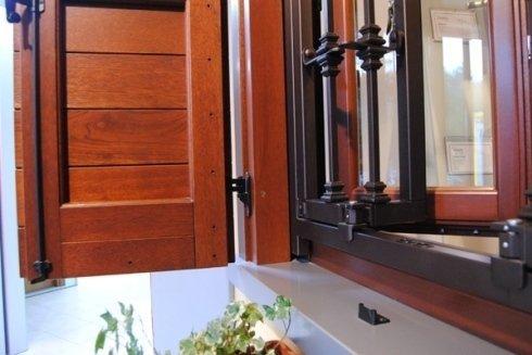 Dettaglio cerniera finestra in legno